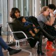 Halle Berry et Maceo, attendent visiblement fatigués, à l'aéroport Charles de Gaulle à Paris, le 19 décembre 2014.
