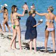 Exclusif - Katie Cassidy et des amies profitent d'un après-midi ensoleillé sur une plage de Miami. Le 19 décembre 2014.