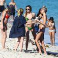 Exclusif - Katie Cassidy et des amis profitent d'un après-midi ensoleillé sur une plage de Miami. Le 19 décembre 2014.