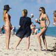 Exclusif - La sexy Katie Cassidy et des amies profitent d'un après-midi ensoleillé sur une plage de Miami. Le 19 décembre 2014.