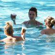 Exclusif - Katie Cassidy et ses amies se détendent à la piscine de la Soho Beach House. Miami, le 19 décembre 2014.