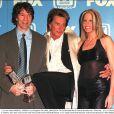 Vonda Shepard, chanteuse star d'Ally McBeal, entre David E. Kelley et Rod Stewart lors des TV Guide Awards 2001 à Los Angeles.