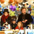 """Tim Burton et Helena Bonham Carter emmenent leurs enfants Billy Raymond et Nell dans la fête foraine """"Hyde Park Winter Wonderland"""" à Londres le 21 novembre 2013."""