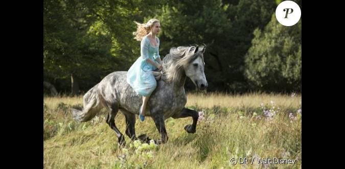 Premi re image du film cendrillon 2015 avec lily james - Les 12 coups de minuit bande annonce ...