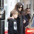 Liv Tyler avec son fils Milo et une grosse bague au doigt à Londres le 2 janvier 2015