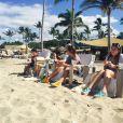 Perla Ferrar profite de quelques jours de vacances à Hawaï avec ses deux fils et prend du temps pour réfléchir seule tandis que son futur ex-mari Slash vient de demander le divorce.