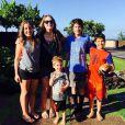 Perla Ferrar profite de quelques jours de vacances à Hawaï avec ses deux fils prend du temps pour réfléchir seule tandis que son futur ex-mari Slash vient de demander le divorce.
