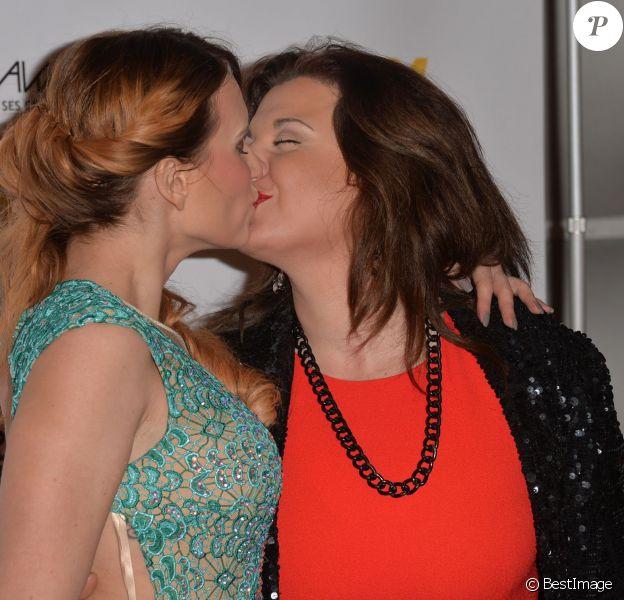 """Audrey (Secret Story 6) et Cindy Lopes (Secret Story 3) échangent un baiser - Cérémonie des """"Lauriers TV Awards 2015"""" à la Cigale à Paris, le 6 janvier 2015."""