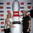 Jenny McCarthy et son fiancé Donnie Wahlberg jouent au bowling pour une compétition du Guinness Book of World à New York , le 21 juin 2014.