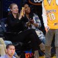 Iggy Azalea, venue soutenir son petit-ami Nick Young avec une amie, lors du match de basket des Lakers contre les Pheonix Suns à Los Angeles, le 28 décembre 2014.