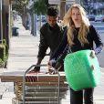 Exclusif - Iggy Azalea (chaussures Chanel, sac Elizabeth&James) et son petit-ami Nick Young, très complices, se promènent à Los Angeles, le 2 novembre 2014.
