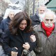 Elsa Wolinski et ses filles Lilah et Bianca lors de la crémation de son père Georges Wolinski, au cimetière du Père-Lachaise à Paris le 15 janvier 2015