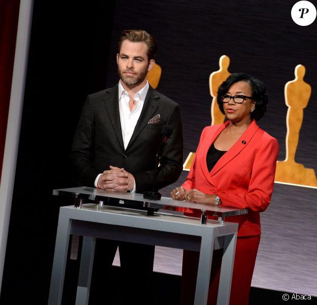 Chris Pine et la présidente de l'Académie, Cheryl Boone Isaacs, lors de l'annonce des nominations aux Oscars 2015 à Beverly Hills, Los Angeles, le 15 janvier 2015.