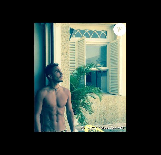 """Vivian, candidat de """"Secret Story 8"""", a intégré le casting des """"Anges 7"""". Au Brésil le jeune homme multiplie les selfies. Janvier 2015."""