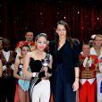 Pauline Ducruet remet la coupe en mémoire de la princesse Antoinette à Miss Ding Shuang de la troupe acrobatique nationale de Chine  lors de la soirée de gala du 39e Festival du cirque de Monte-Carlo, le 20 janvier 2015 sous le chapiteau de Fontvieille.