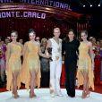 La princesse Stéphanie de Monaco remet l'un des six Clowns de bronze à la famille Errani  lors de la soirée de gala du 39e Festival du cirque de Monte-Carlo, le 20 janvier 2015 sous le chapiteau de Fontvieille.
