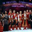 Pauline Ducruet remet l'un des Clowns d'Argent à la troupe Yakov EKK  lors de la soirée de gala du 39e Festival du cirque de Monte-Carlo, le 20 janvier 2015 sous le chapiteau de Fontvieille.