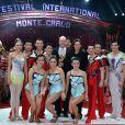 Le Prince Albert II de Monaco et la princesse Stéphanie remettent l'un des Clowns d'Or aux artistes du cirque national de Pyongyang pour les numéros de trapèze volant et pas de deux  lors de la soirée de gala du 39e Festival du cirque de Monte-Carlo, le 20 janvier 2015 sous le chapiteau de Fontvieille.