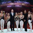 Le Prince Albert II de Monaco et la princesse Stéphanie remettent l'un des quatre Clowns d'Or à la troupe nationale acrobatique de Chine  lors de la soirée de gala du 39e Festival du cirque de Monte-Carlo, le 20 janvier 2015 sous le chapiteau de Fontvieille.