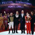 Le Prince Albert de Monaco et la princesse Stéphanie remettent l'un des Clowns d'Or aux clowns Fumagalli et Daris  lors de la soirée de gala du 39e Festival du cirque de Monte-Carlo, le 20 janvier 2015 sous le chapiteau de Fontvieille.