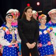La princesse Stéphanie de Monaco remet l'un des Clowns d'Argent à la troupe Shatirov  lors de la soirée de gala du 39e Festival du cirque de Monte-Carlo, le 20 janvier 2015 sous le chapiteau de Fontvieille.