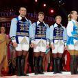 La princesse Stéphanie de Monaco remet l'un des Clowns d'Argent à la troupe Pronin  lors de la soirée de gala du 39e Festival du cirque de Monte-Carlo, le 20 janvier 2015 sous le chapiteau de Fontvieille.