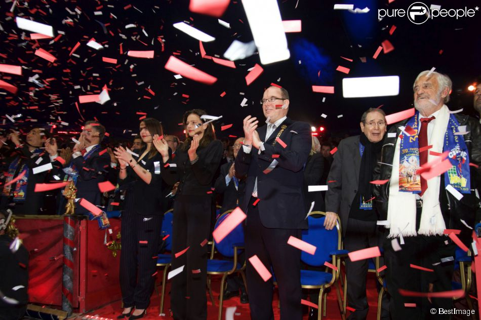 La princesse Stéphanie de Monaco, Pauline Ducruet, le prince Albert II de Monaco, Robert Hossein, Jean-Paul Belmondo sous une pluie de confettis  lors de la soirée de gala du 39e Festival du cirque de Monte-Carlo, le 20 janvier 2015 sous le chapiteau de Fontvieille.