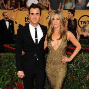 Jennifer Aniston, sirène très, très décolletée et amoureuse aux SAG Awards