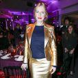 Karin Viard (porte une veste et une jupe en cuir doré, un pull en cachemire bleu marine avec une pochette et des chaussures, Ralph Lauren Collection) au Dîner de la mode pour le Sidaction au pavillon d'Armenonville à Paris le 29 janvier 2015.