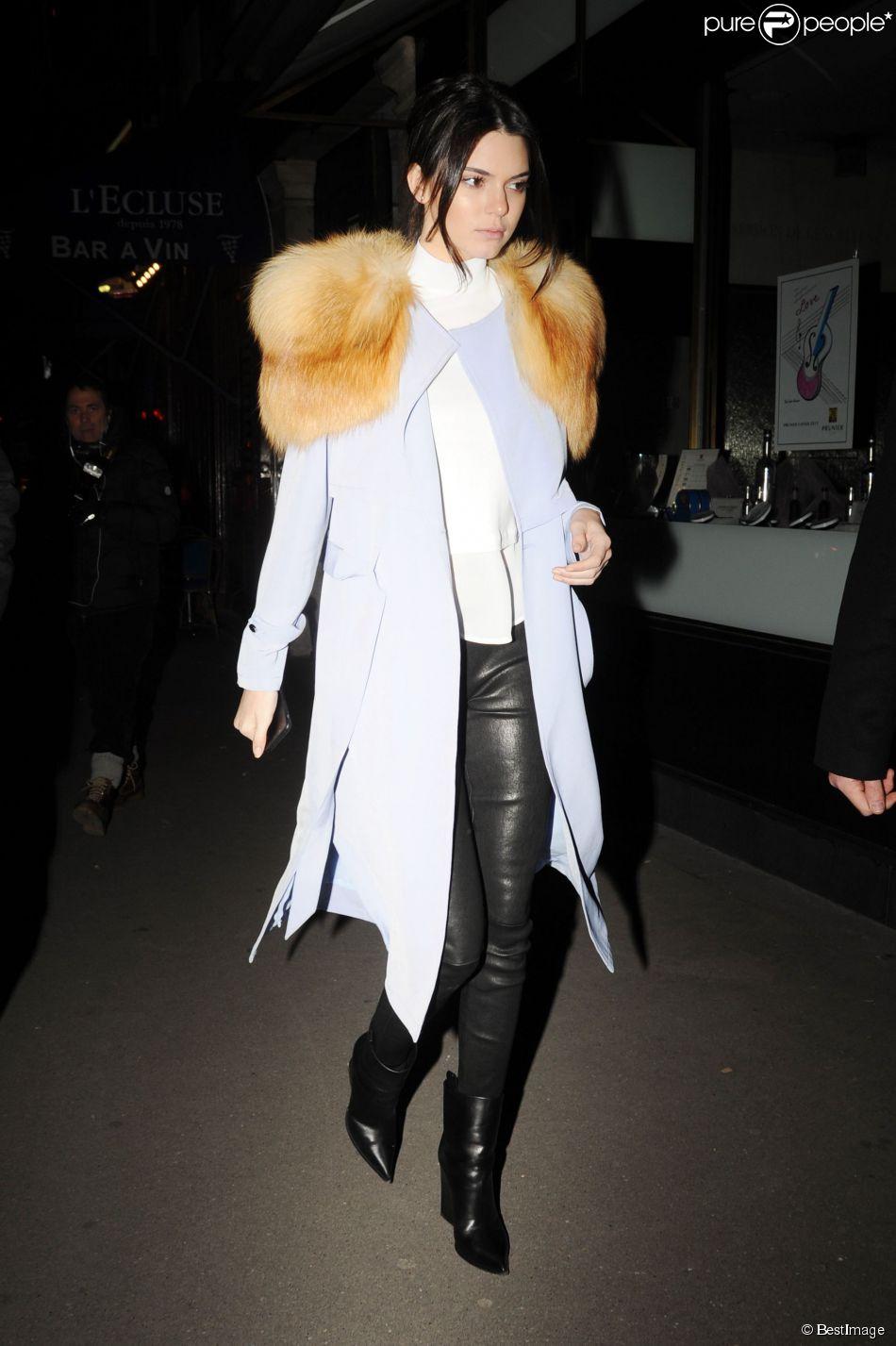 Kendall Jenner, de sortie à Paris, a fait un tour de Grande Roue et dîné au restaurant Caviar Kaspia. Elle porte un trench-coat Greylin (modèle Pietra) et une petite cape en fourrure Skaist-Taylor, un top A.L.C., un pantalon en cuir et des bottines Céline Le 25 janvier 2015.