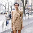 Sonia Rolland, sublime en robe café, sac dégradé beige-noir et bottines Christian Louboutin, arrive à la Maison de la Radio pour assister au défilé Stéphane Rolland haute couture printemps-été 2015. Paris, le 27 janvier 2015.