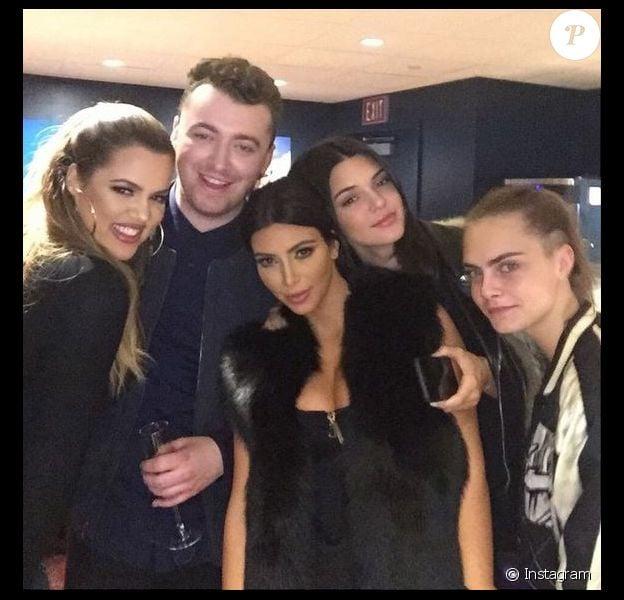 Khloé et Kim Kardashian, Sam Smith, Kendall Jenner et Cara Delevingne dans la loge du chanteur, lors de son concert au Forum. Inglewood, le 29 janvier 2015.