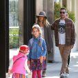 Jessica Alba se promène en famille à Los Angeles Le 31 Janvier 2015