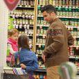 La comédienne Jessica Alba et son mari Cash et leurs enfants font du shopping à Beverly Hills Los Angeles, le 31 Janvier 2015.
