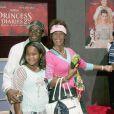 """Bobby Brown,Whitney Houston et Bobbi Kristina lors de l'avant-première de """"The Princess Diaries 2 : Royal Engagement"""" à l'AMC Downtown Disney de Anaheim, le 7 août 2004"""