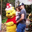 Exclusif - Vince Vaughn s'amuse avec son fils Vernon à Disneyland à Anaheim, le 19 décembre 2014. Plus tard dans la journée, Kyla (la femme de l'acteur) et Lochlyn (leur fille) les ont rejoint afin de profiter des autres attractions en famille! ailroad. 19/12/200419/12/2014 - Anaheim