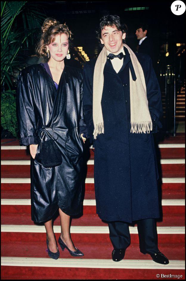 PATRICK BRUEL ET SA COMPAGNE LORS DE LA SOIREE DES VICTOIRES DE LA MUSIQUE EN 1985. ©BESTIMAGE