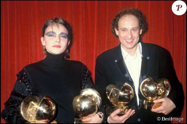 """JEANNE MAS ET MICHEL JONASZ A LA CEREMONIE DES VICTOIRES DE LA MUSIQUE EN 1985 JEANNE MAS RECOMPENSEE POUR LA """"REVELATION VARIETES DE L'ANNEE"""" ET POUR L'""""ARTISTE INTERPRETE FEMININE DE L'ANNEE"""" MICHEL JONASZ RECOMPENSE POUR LA """" CHANSON ORIGINALE DE L'ANNEE"""" AVEC """"LA BOITE DE JAZZ"""" ET POUR L'""""ARTISTE INTERPRETE MASCULIN DE L'ANNEE"""". ©BestImage"""
