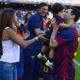 Lionel Messi avec sa compagne Antonella Roccuzzo et leur fils Thiago dans le stade du FC Barcelone, le 3 mai 2014.