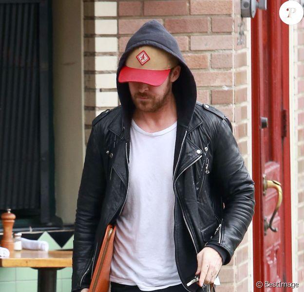 """Ryan Gosling est allé prendre le petit déjeuner chez """"Little Dom"""" à Los Feliz, le 27 février 2015. On peut voir sur ses doigts écrit """"Esme"""", diminutif du prénom de sa fille, Esmeralda"""