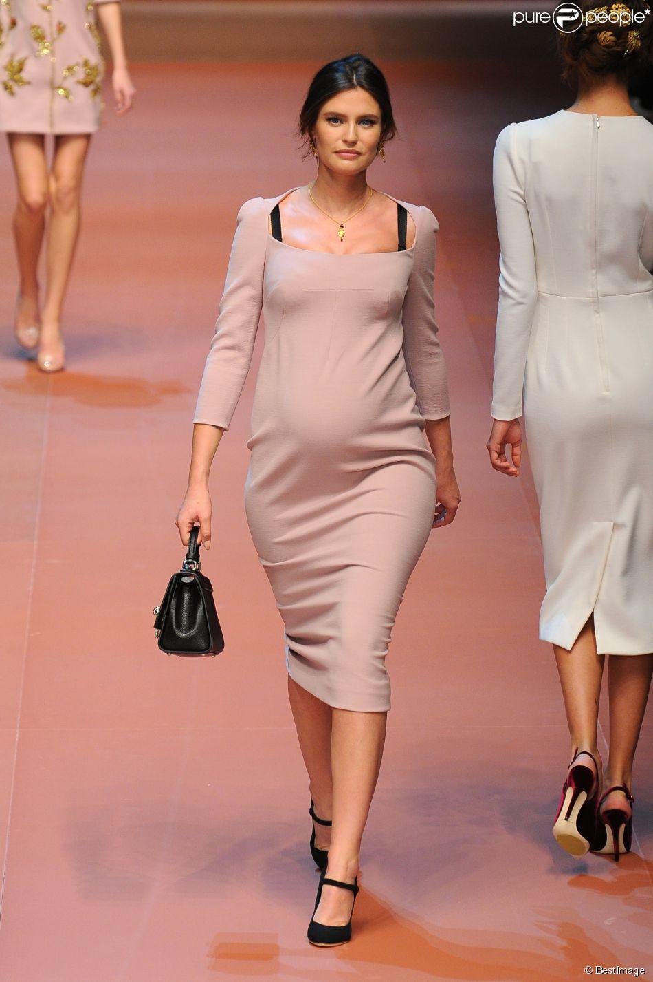 Bianca Balti, enceinte de son deuxième enfant, défile pour Dolce & Gabbana (collection automne-hiver 2015-2016) à Milan. Le 1er mars 2015.