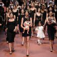 Bianca Balti, enceinte, mène le final du défilé Dolce & Gabbana automne-hiver 2015-2016 à Milan. Le 1er mars 2015.