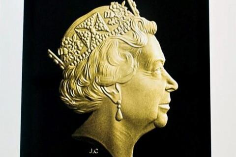 Elizabeth II : Une reine en or, bien frappée et à peine usée...