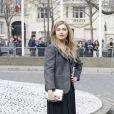 Imogen Poots arrive au Conseil Économique et Social pour assister au défilé Miu Miu automne-hiver 2015-2016. Paris, le 11 mars 2015.