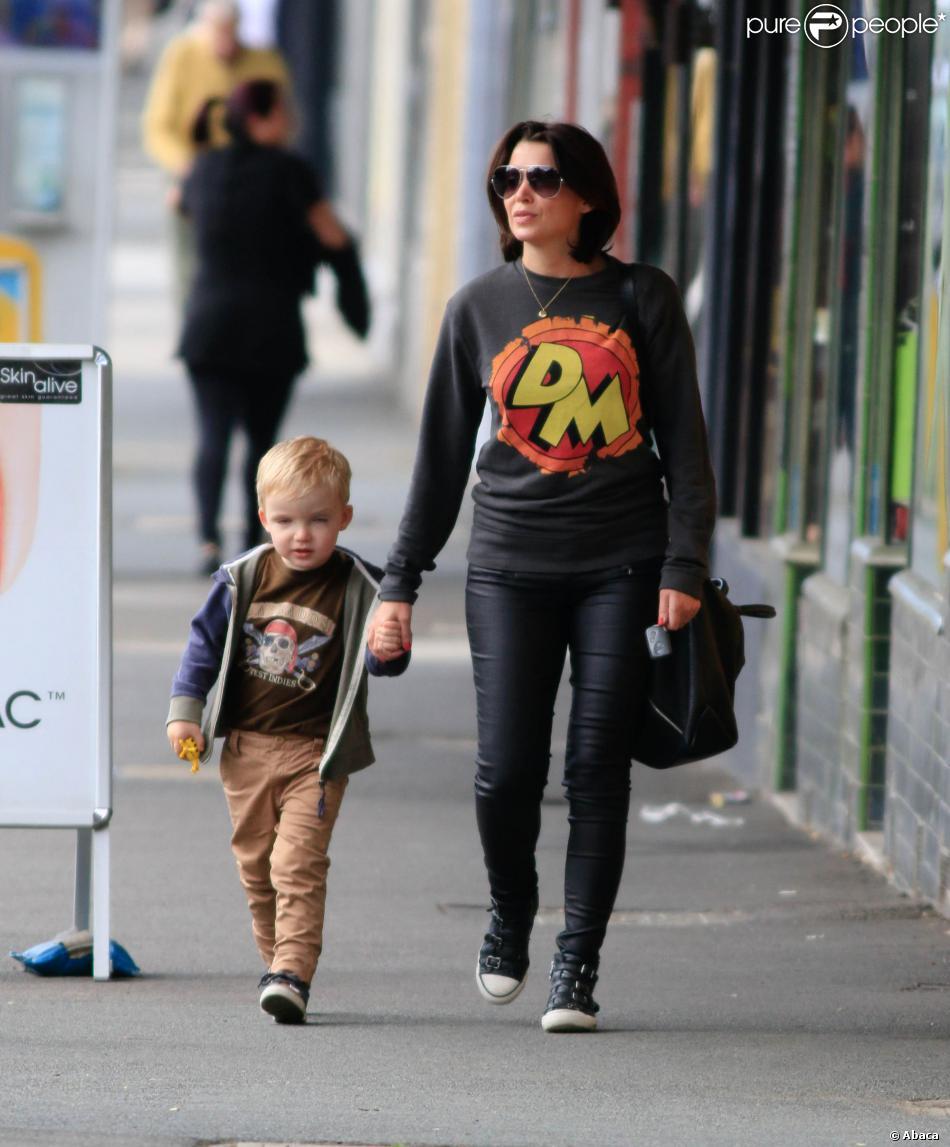 Dannii Minogue et son fils Ethan se promènent à Melbourne, le 16 novembre 2013.