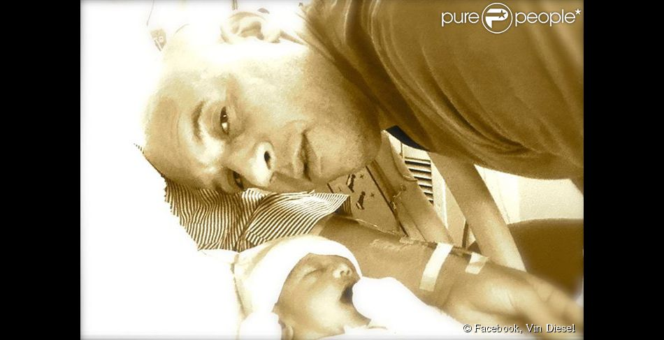 Vin Diesel pose avec sa fille, Pauline, qui vient de naître. Photo postée le 16 mars 2015.