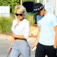 Pamela Anderson va dîner avec son fils Brandon Lee à Malibu, le 30 juin 2014.