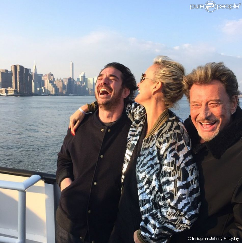 Laeticia Hallyday entre Johnny et Sébastien Ferran à New York pour son 40e anniveraire, mars 2015.