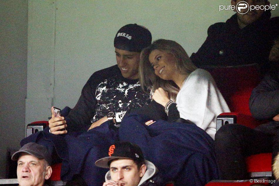 Marquinhos et sa belle fiancée Carol Cabrino, complices lors du match de Ligue 1 entre le PSG et Lorient au Parc des Princes à Paris, le 20 mars 2015