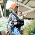 La chanteuse Gwen Stefani et son fils Apollo à la ferme Underwood Family à Moorpark, Los Angeles, le 1er avril 2015